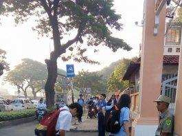 Học sinh THPT Lê Hồng Phong cúi đầu chào bác bảo vệ: Ấm lòng mà cũng lại xót xa!